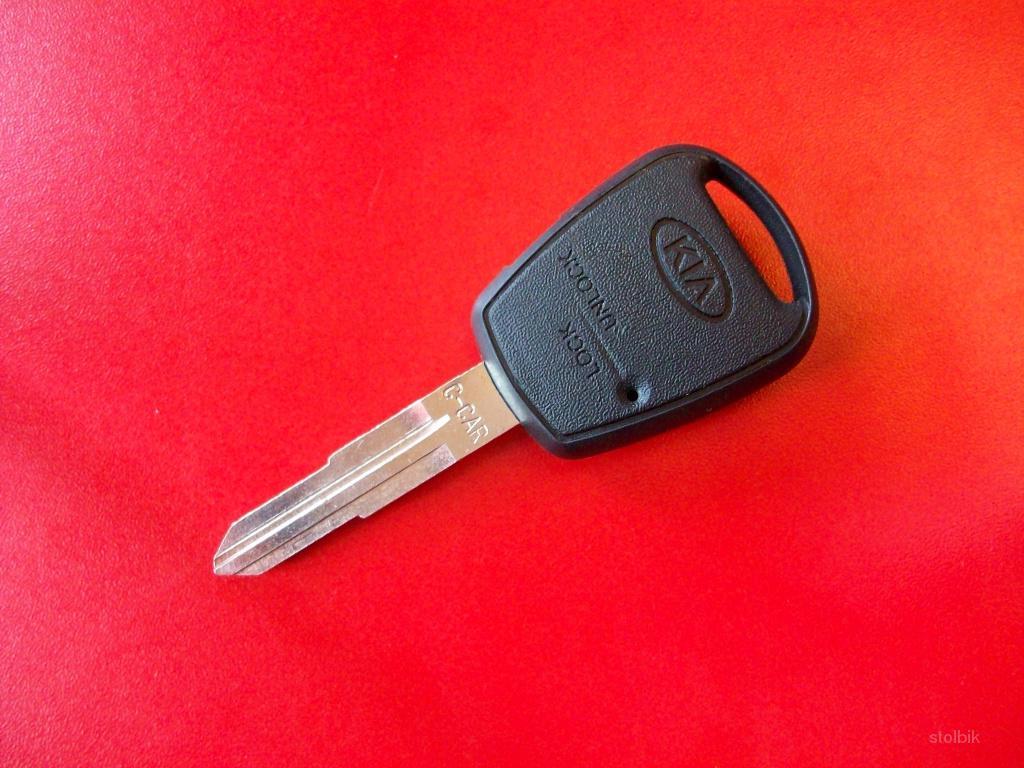 В собранном виде у корпуса выкидного ключа зажигания практически отсутствуют зазоры между элементами ключа