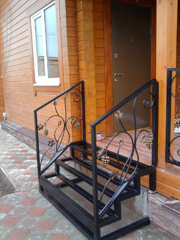 купить недорого уличную металлическую лестницу для загородного дома